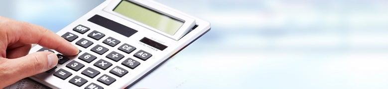 Mano y calculadora